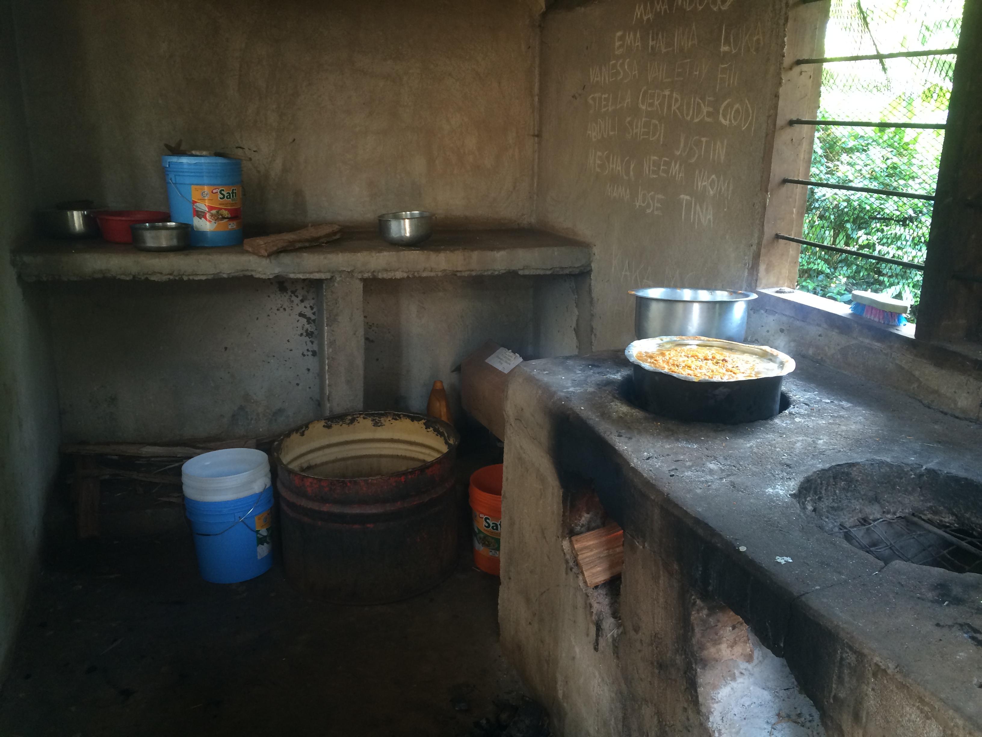 Keittiö. Riisit ja maissit on tulilla.